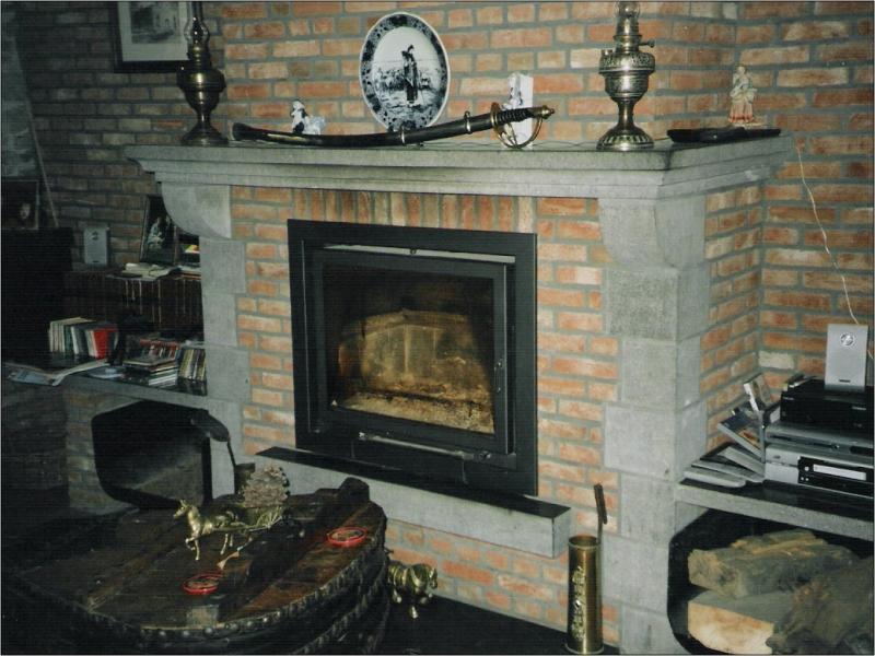 chemin e en pierre profitez d 39 un bon feu de bois sous une chemin e en pierre. Black Bedroom Furniture Sets. Home Design Ideas