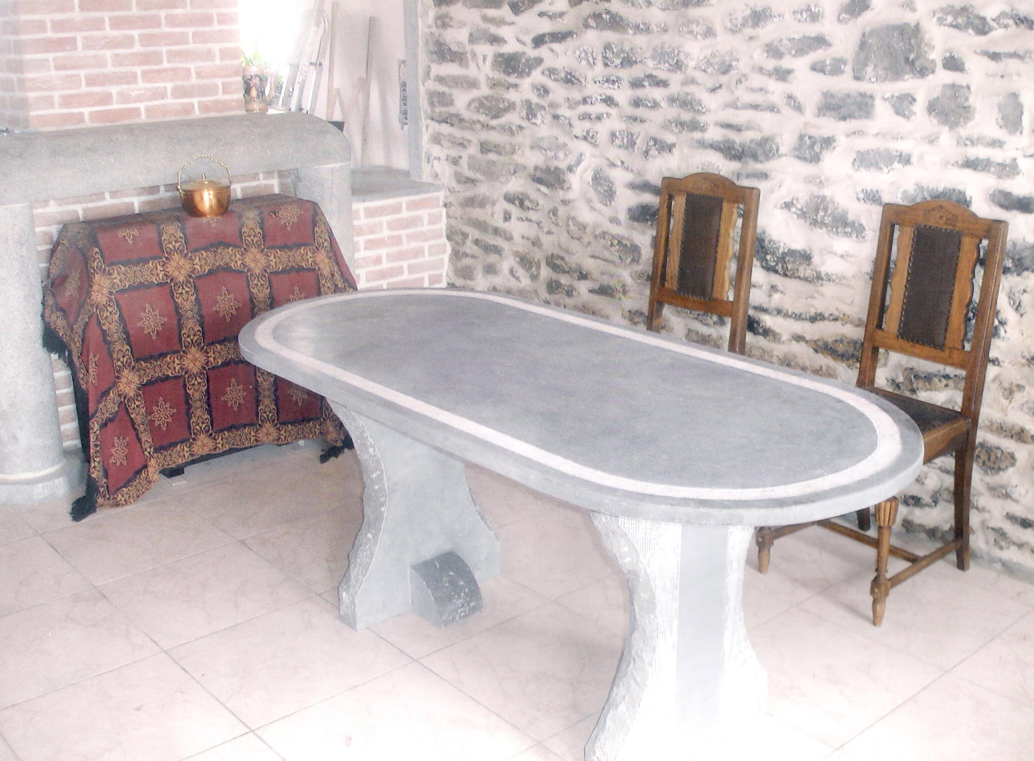 tables en pierre quelques exemples de tables en pierre. Black Bedroom Furniture Sets. Home Design Ideas